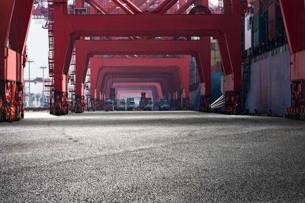 赤の構造を持つ港の風景 無料写真