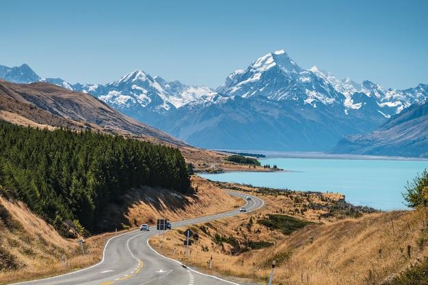 눈 덮인 산으로 둘러싸인 뉴질랜드 푸 카키 호수의 풍경 무료 사진