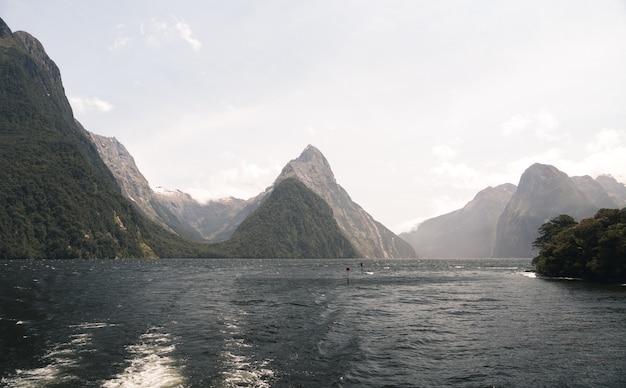 ニュージーランドの昼間の日光の下でのミルフォードサウンドの風景 無料写真
