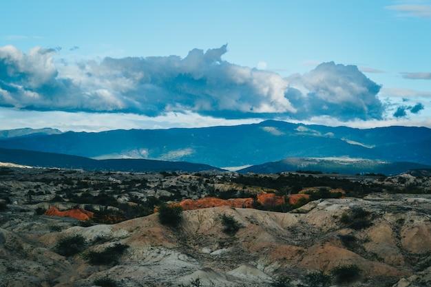 山と茂みの風景 無料写真