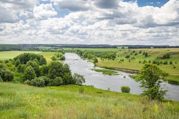 川と丘の風景 無料写真