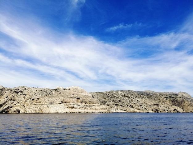 Пейзаж массива каланки в окружении моря под солнечным светом в марселе Бесплатные Фотографии