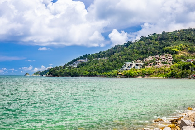 タイ、プーケットの島でリラックスできる宿泊施設のある海、空、島の風景。 Premium写真