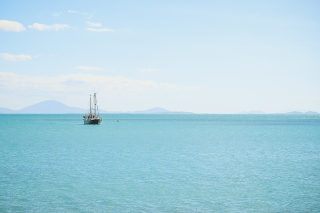 Морской пейзаж с кораблем на нем под голубым небом и солнечным светом Бесплатные Фотографии