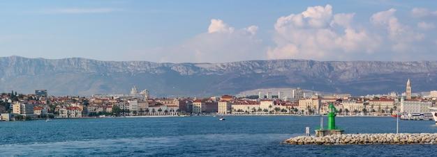 クロアチアの曇り空の下で丘と海に囲まれたスプリット市の風景 無料写真