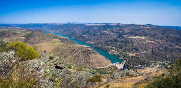Пейзаж виноградников и реки дору недалеко от вила-нова-де-фос-коа, португалия Бесплатные Фотографии