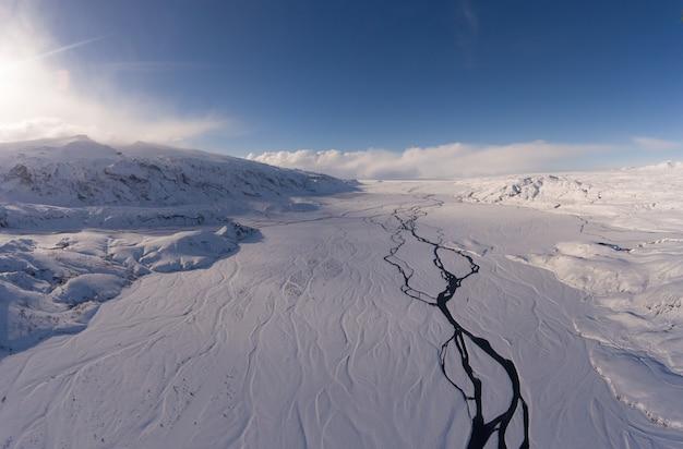昼間の曇り空の下で雪山の風景写真 無料写真