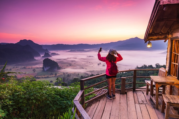 Пейзаж моря тумана над горами Premium Фотографии