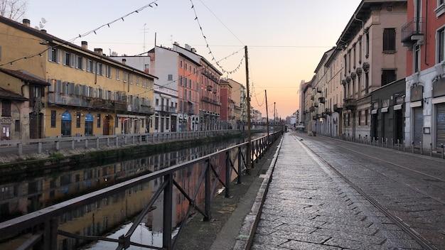 Colpo di paesaggio di edifici nel canale nel quartiere dei navigli di milano italia Foto Gratuite