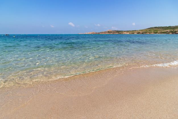 日当たりの良い澄んだ青い空の砂浜の風景ショット 無料写真