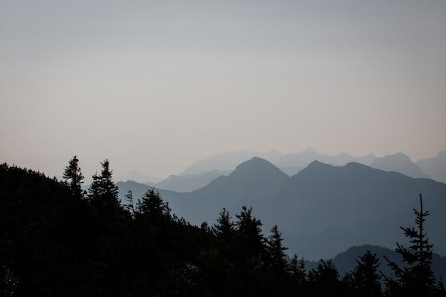 Пейзажный снимок горы силуэт с ясным небом на заднем плане Бесплатные Фотографии