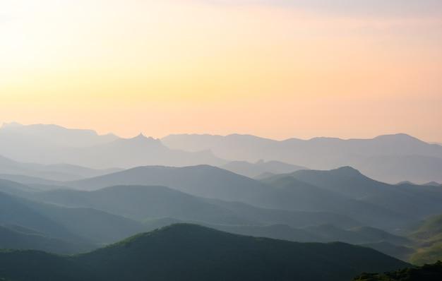 風景、山に対して空の日の出、日の出中の山脈 Premium写真