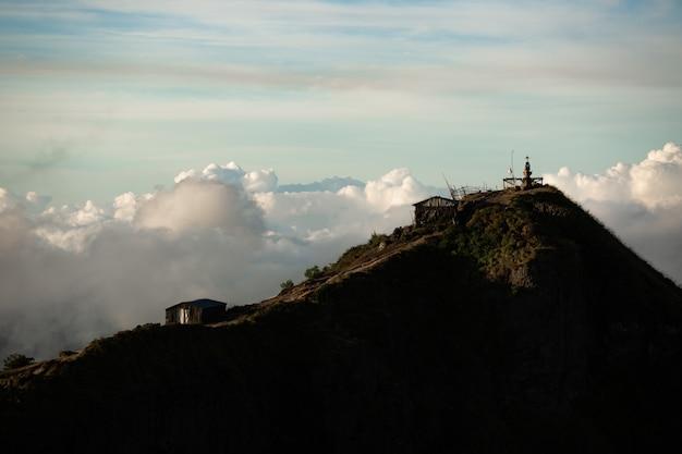 Paesaggio. tempio tra le nuvole sulla sommità del vulcano batur. bali indonesia Foto Gratuite