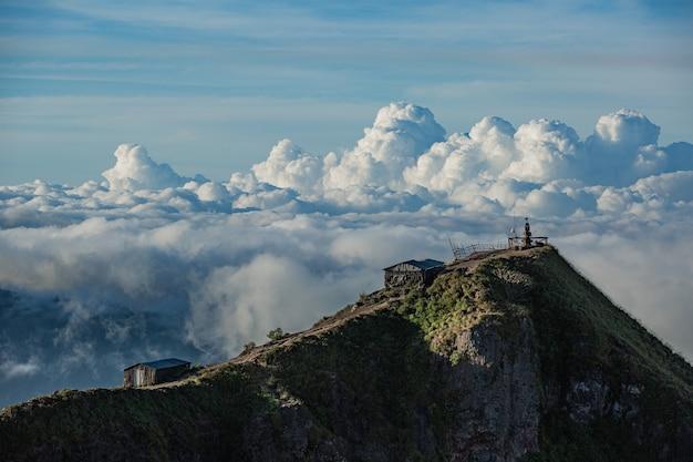 경치. Batur 화산 위에 구름에있는 사원. 발리 인도네시아 무료 사진