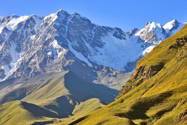조지아의 산악 지형에서 가로보기 프리미엄 사진