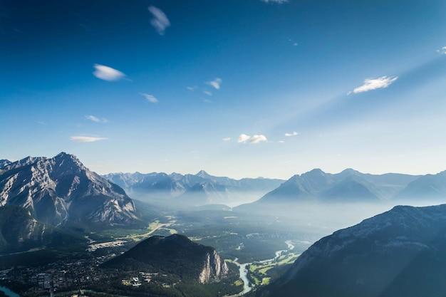 カナダ、アルバータ州、バンフ国立公園の野原と山々の風景 無料写真