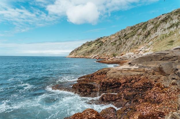리오의 해변에있는 암석의 가로보기 무료 사진