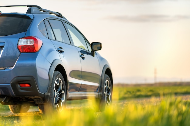 砂利道の青いオフロード車のある風景します。自動車での旅行、野生動物の冒険、遠征、またはsuv自動車での極端な旅行。 Premium写真