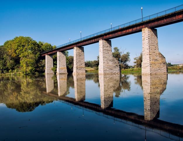 Paesaggio con ponte di mattoni Foto Gratuite