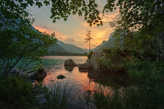 Пейзаж с озером и закатом Бесплатные Фотографии