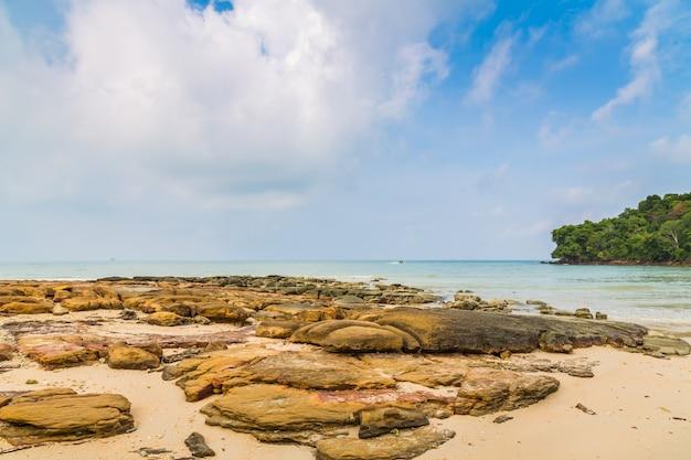 Пейзаж с камнями и спокойное море Бесплатные Фотографии