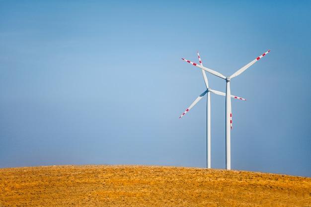 Paesaggio con turbine eoliche Foto Gratuite