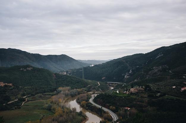 山道と川の谷の風景 無料写真