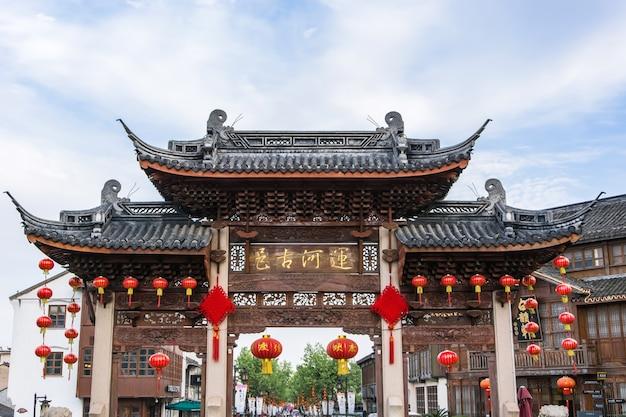 Храм с украшением маленьких красных lanters Бесплатные Фотографии