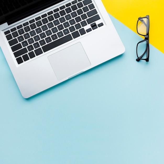 Ноутбук и очки копией пространства Premium Фотографии