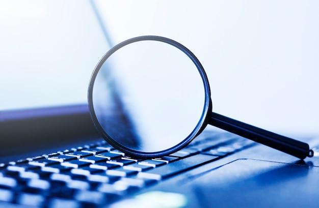 돋보기, 검색의 개념 노트북 컴퓨터 프리미엄 사진