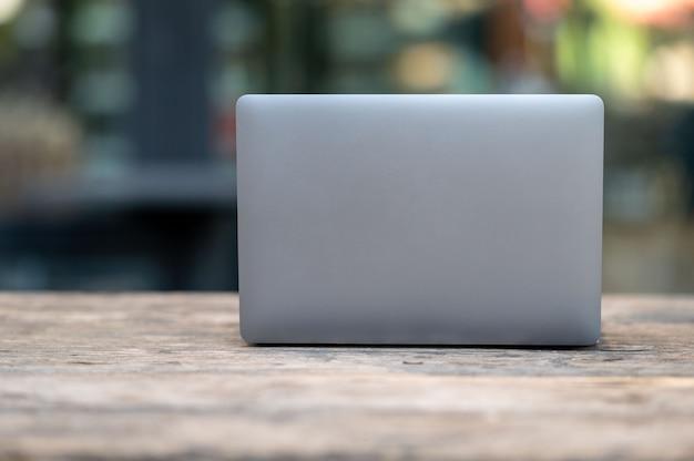 Ноутбук включили и поставили на стол в офисе. Premium Фотографии