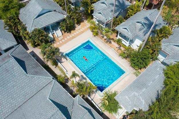 スイミングプールのある広いアパートメント Premium写真