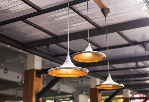カフェの大きなシャンデリアランプ Premium写真