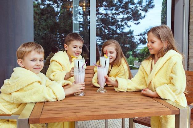 ミルクカクテルでグーグタイムを取っている友人の大規模なグループ 無料写真