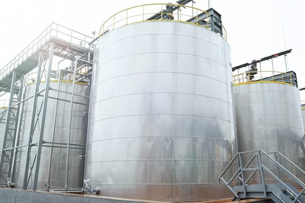 Большие металлические резервуары для хранения нефтепродуктов Premium Фотографии