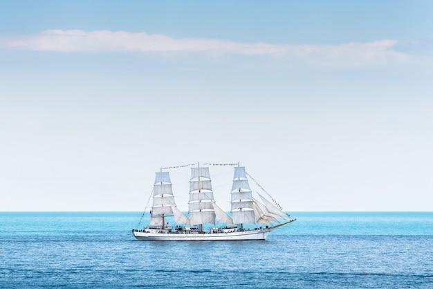 Большой трехмачтовый парусник в море Premium Фотографии