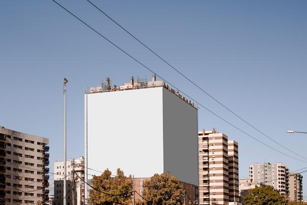 Grande cartellone bianco bianco sull'edificio in città Foto Gratuite