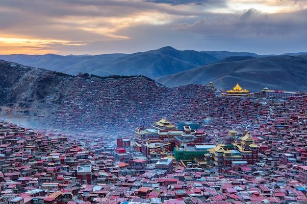中国四川省のlarung gar(仏教学院)でトップビュー日没時間 Premium写真