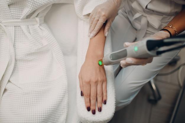 Лазерная эпиляция и косметология. процедура удаления волос косметологическая. лазерная эпиляция и косметология. концепция косметологии и spa. Premium Фотографии