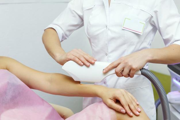 Лазерная эпиляция на женской руке. концепция здоровья и красоты. Premium Фотографии