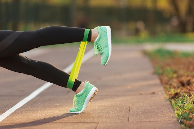 Gambe vista laterale facendo esercizi di fitness Foto Gratuite