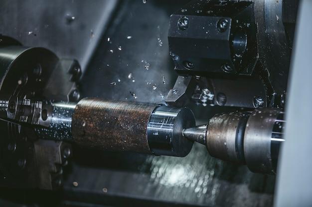 Токарное оборудование на заводе по производству металлоконструкций и станков. Premium Фотографии