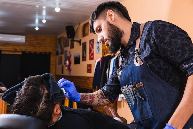ラテン床屋。理髪店が働いている理髪店。美容とウェルネスのコンセプト。 Premium写真