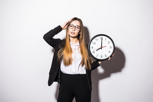 白の手時計を保持している後期の若い女性 無料写真