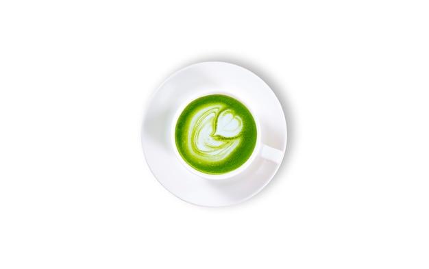 Latte matcha зеленого чая в белой изолированной предпосылке чашки. вид сверху Premium Фотографии
