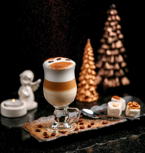 테이블에 커피 원두와 라떼 무료 사진