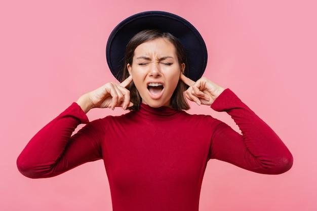 Laufhing gir si coprì le orecchie con le dita persone, concetto di linguaggio del corpo. Foto Gratuite
