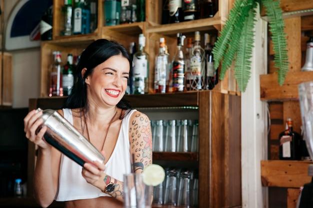 Смеющийся бармен, делающий коктейль Бесплатные Фотографии