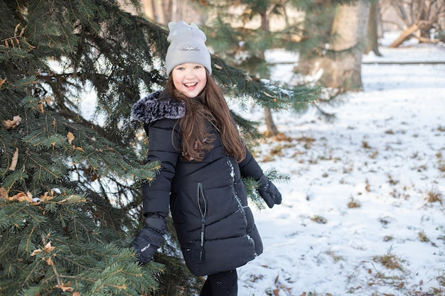 겨울 공원에서 웃는 소녀 프리미엄 사진