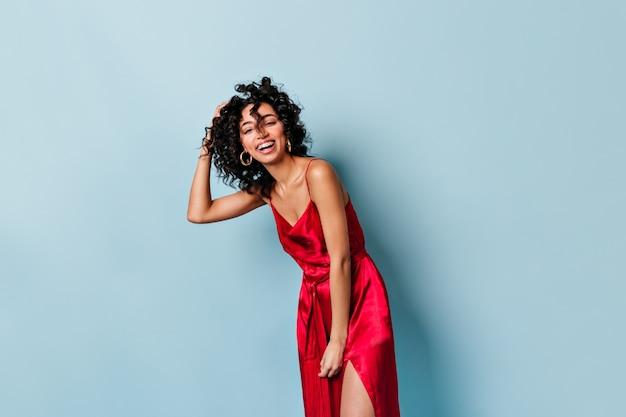Смех красивая женщина позирует в красном платье Бесплатные Фотографии